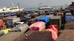 Ratusan truk yang akan menyebrang ke Sumatera memadati seluruh areal Dermaga di Pelabuhan Merak, Banten.